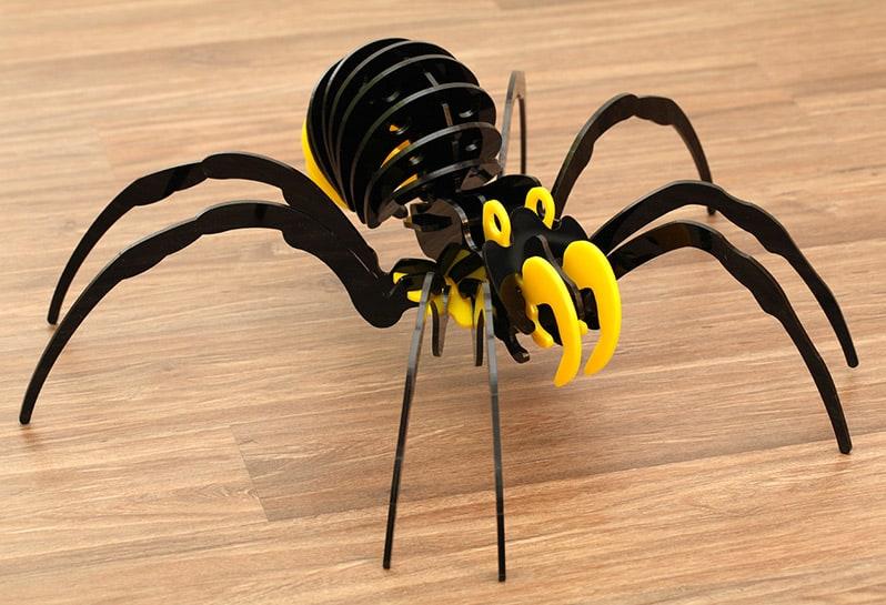 Spinne aus Plexiglas